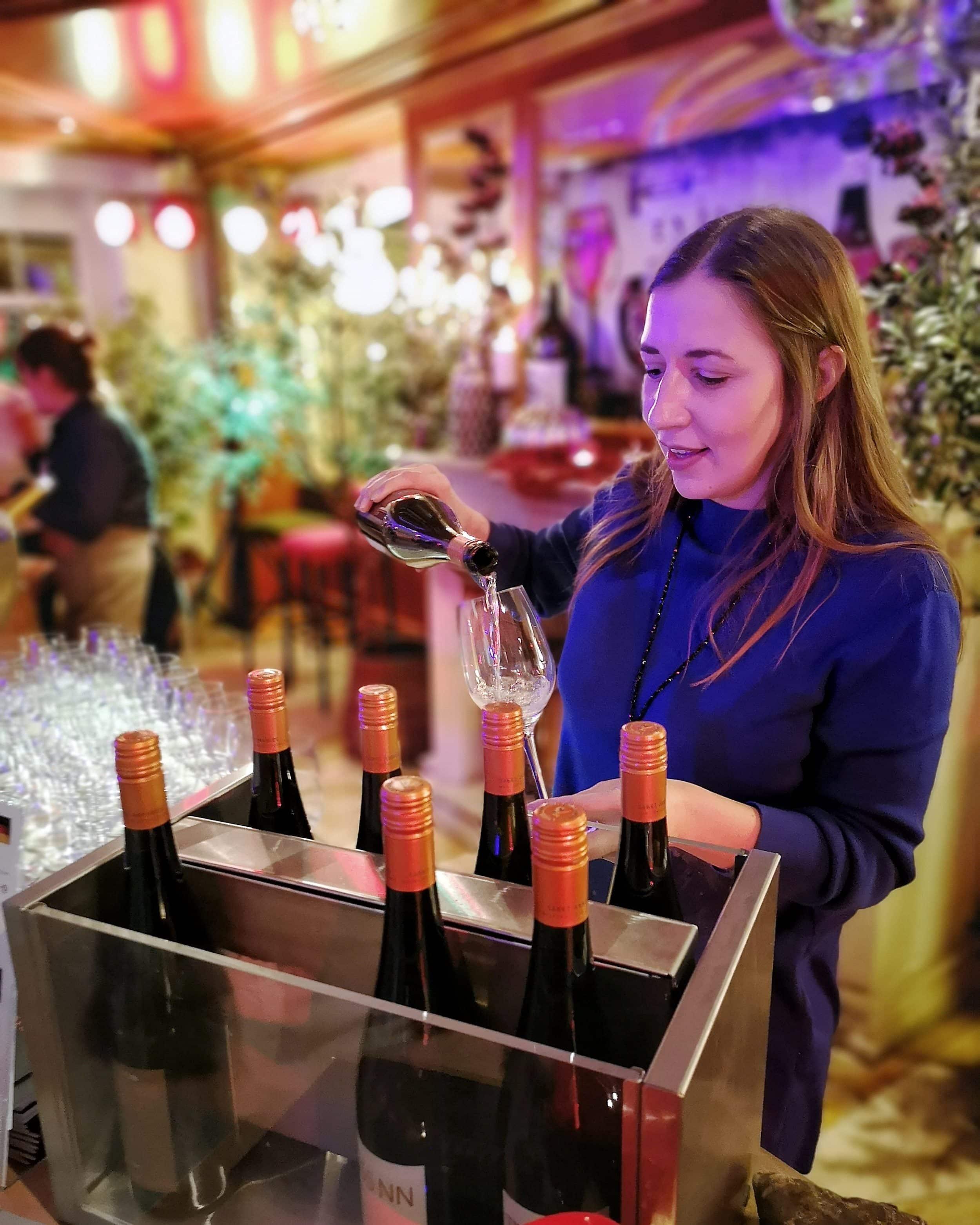 Victoria auf der Weinprobe im Stock resort